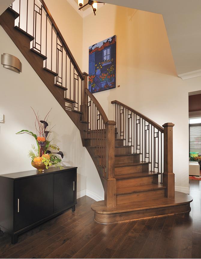 Escalier à demi-tournant en bois avec barreaux en acier forgé