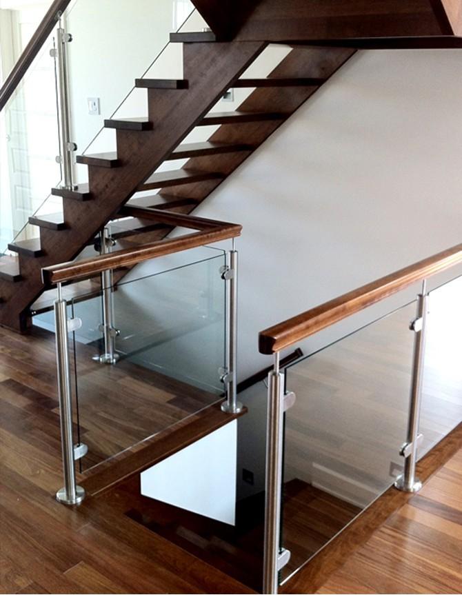 Escalier en bois avec garde-corps en verre et poteaux en acier inoxydable