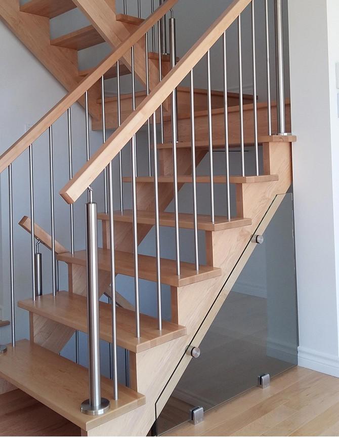 Escalier avec marches et rampes en bois et barreaux en acier inoxydable