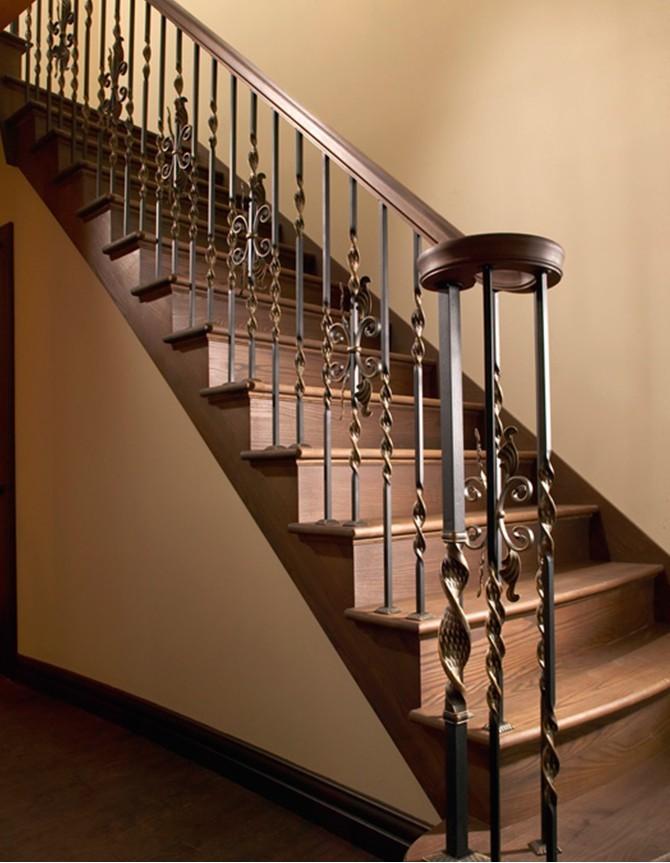 Escalier avec marches en bois, poteaux de départ et barreaux en acier forgé