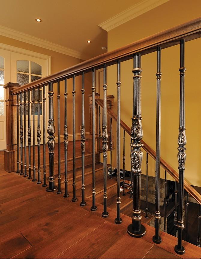 Rampe d'escalier en bois avec barreaux et poteaux de départ en acier forgé H 091
